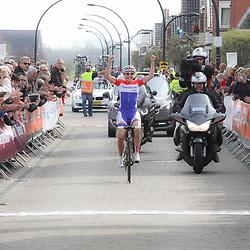 Groningen-Eelde Airport wielrennen, De derde etappe van de Energiewachttour 2014 werd verreden rond Uithuizen. Lucinda Brand rijdt solo naar de winst en de leiderstrui