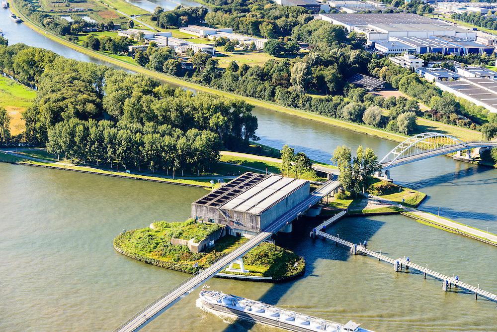 Nederland, Utrecht, Nieuwegein, 30-09-2015; Amsterdam-Rijnkanaal (onder) met plofsluis bij Jutphaas, onderdeel van de Nieuwe Hollandse Waterlinie. De voorziening diende om het kanaal af te kunnen dammen, een explosie met dynamiet zou de inhoud van de betonnen bak - zand en grind - in het kanaal doen belanden. Toenemende scheepvaart leidde er toe dat het kanaal om de sluis heen geleid werd. Lekkanaal boven in beeld.<br /> 'Plof' sluice, explosion sluice, Dutch defense line; the installation was build to obstruct the canal: explosives would cause the sand and gravel from the concrete reservoirs to fall in the canal.<br /> luchtfoto (toeslag op standard tarieven);<br /> aerial photo (additional fee required);<br /> copyright foto/photo Siebe Swart