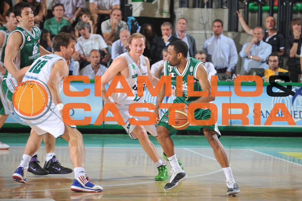 DESCRIZIONE : Treviso Lega A 2010-11 Semifinale Play off Gara 3 Benetton Treviso Montepaschi Siena<br /> GIOCATORE : Malik Hairston<br /> SQUADRA : Benetton Treviso Montepaschi Siena<br /> EVENTO : Campionato Lega A 2010-2011<br /> GARA : Benetton Treviso Montepaschi Siena<br /> DATA : 05/06/2011<br /> CATEGORIA : Palleggio<br /> SPORT : Pallacanestro<br /> AUTORE : Agenzia Ciamillo-Castoria/M.Gregolin<br /> Galleria : Lega Basket A 2010-2011<br /> Fotonotizia : Treviso Lega A 2010-11 Semifinale Play off Gara 3 Benetton Treviso Montepaschi Siena<br /> Predefinita :