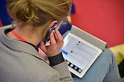 Nederland, Amsterdam, 16-3-2013De carrierebeurs in de RAI. Banenmarkt voor kader en hoogopgeleid personeel, mensen.Beurs voor studenten, starters op de arbeidsmarkt met een technische, economische, bedrijfskundige,  juridische of informatica opleiding. Grootste banenmarkt van Nederland voor wie bijna afgestudeerd of werkzoekend is. Een bezoeker met een Iphone en Ipad.Foto: Flip Franssen/Hollandse Hoogte