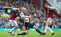 21.09.2013, Upton Park, London, ENG, Premier League, West Ham United vs FC Everton, 5. Runde, im Bild Everton's Steven Naismith, centre fights for the ball with West Ham United's Mark Noble, right, and Razvan Rat during the English Premier League 5th round match between West Ham United FC and Everton FC at the Upton Park, London, Great Britain on 2013/09/21. EXPA Pictures © 2013, PhotoCredit: EXPA/ Propagandaphoto/ Alan Seymour<br /> <br /> ***** ATTENTION - OUT OF ENG, GBR, UK *****