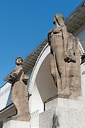 Portal des Ernst-Ludwig-Hauses, Mathildenhöhe, Jugendstil, Darmstadt, Hessen, Deutschland | figures at gate of Ernst-Ludwig-Haus, Centre of Art Noveau on Mathildenhoehe, Darmstadt, Germany