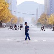 Il n'y a pas de voiture mais des policiers qui règlent la circulation, inlassablement. A Pyongyang ce sont les fameuses policières choisies pour leur physique et dont la position est enviée (salaires élevées et avantages en nature). Dans les provinces ce rôle est dévolu à des hommes, principalement.