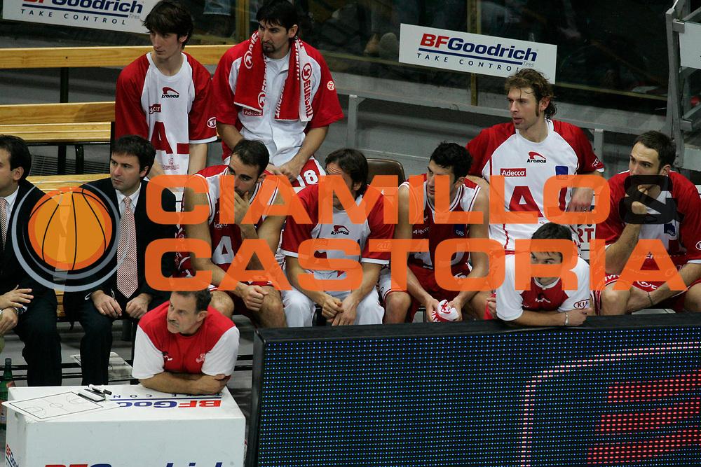 DESCRIZIONE : Bologna Lega A1 2005-06 Climamio Fortitudo Bologna Armani Jeans Milano <br /> GIOCATORE : Team Milano <br /> SQUADRA : Armani Jeans Milano <br /> EVENTO : Campionato Lega A1 2005-2006 <br /> GARA : Climamio Fortitudo Bologna Armani Jeans Milano <br /> DATA : 20/11/2005 <br /> CATEGORIA : Delusione <br /> SPORT : Pallacanestro <br /> AUTORE : Agenzia Ciamillo-Castoria/G.Ciamillo