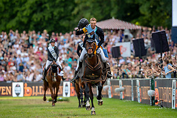 LUENEBURG Nisse (GER), Cordillo<br /> Hamburg - 90. Deutsches Spring- und Dressur Derby 2019<br /> Siegerehrung<br /> J.J.Darboven präsentiert: <br /> 90. Deutsches Spring-Derby<br /> Bemer Riders Tour - Wertungsprüfung 3. Etappe <br /> CSI4* - Derby Tour Springprüfung mit Stechen<br /> 02. Juni 2019<br /> © www.sportfotos-lafrentz.de/Stefan Lafrentz