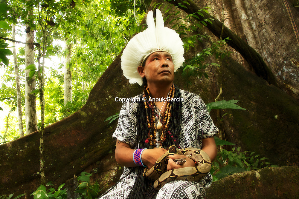 Ixa Huni Kuin tient dans ses mai un boa blanc. Le serpent le plus vénéré par les peuples de cette forêt. | Ixa Huni Kuin com a Giboia Branca umas dose seres sagarados  dos Huni Kuin que tem um dos spireto o mais encantado.