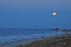 Em dias de lua cheia, quem fica até mais tarde na beira da praia em Mount Maunganui e contemplado com paisagens únicas. FOTO: Lucas Uebel/Preview.com