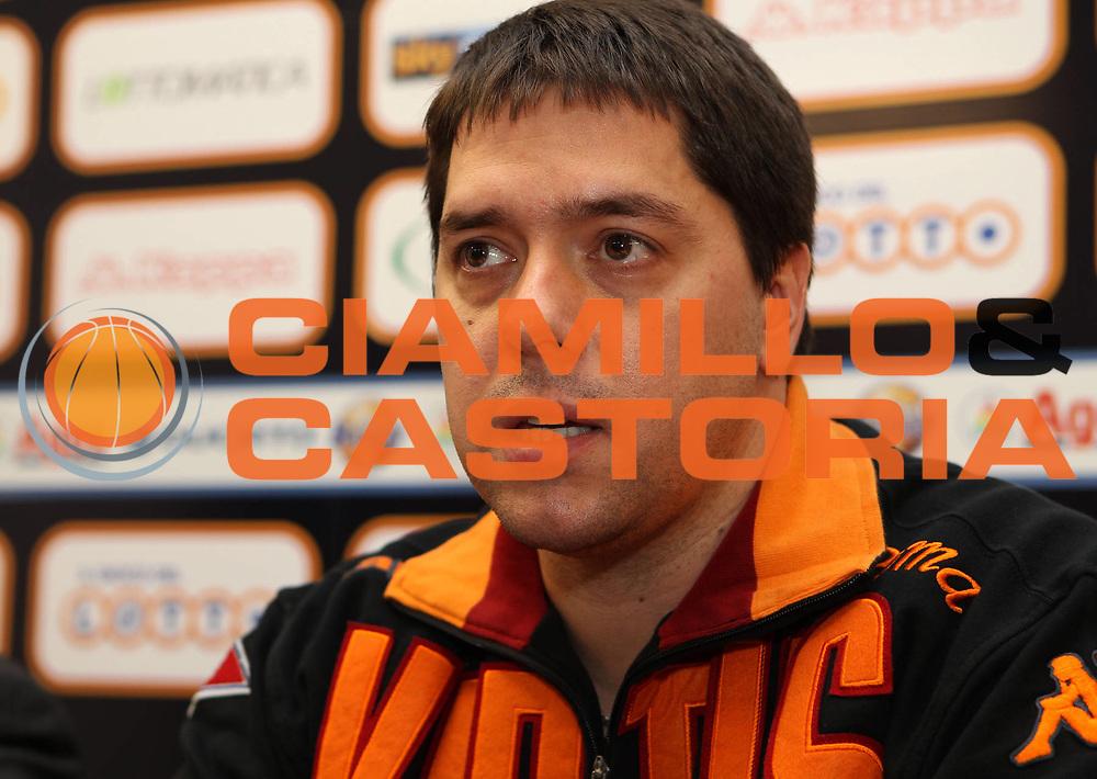 DESCRIZIONE : Roma Lega A 2010-11 Presentazione nuovo allenatore Lottomatica Virtus Roma<br /> GIOCATORE : Saso Filipovski<br /> SQUADRA : Lottomatica Virtus Roma<br /> EVENTO : Campionato Lega A 2010-2011 <br /> GARA :<br /> DATA : 13/01/2011<br /> CATEGORIA : coach presentazione conferenza<br /> SPORT : Pallacanestro <br /> AUTORE : Agenzia Ciamillo-Castoria/ElioCastoria<br /> Galleria : Lega Basket A 2010-2011 <br /> Fotonotizia : Roma Lega A 2010-11 Presentazione nuovo allenatore Lottomatica Virtus Roma<br /> Predefinita :