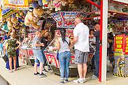 Nederland, Tilburg, 20160726<br /> Gok en behendigheidspellen. Wie wint er een roze beer?<br /> Kermis in Tilburg. De grootste kermis van Nederland en de Benelux.<br /> Op het kilometers lange parcours staan tientallen attracties <br /> <br /> Netherlands, Tilburg<br /> Funfair in Tilburg. The largest fair in the Netherlands and Benelux.<br /> dozens of attractions on the kilometer-long trail