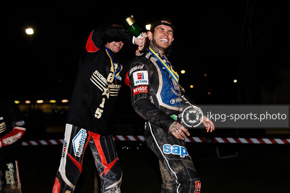 150916 Speedway, SM-final, Vetlanda - Indianerna<br /> N&aring;gon av f&ouml;rarna i Elit Vetlanda h&auml;ller champagne innanf&ouml;r kl&auml;derna p&aring; Tai Woffinden.<br /> Speedway, Swedish championship final,<br /> One of the drivers pours champange inside the clothes of Tai Woffinden, Elit Vetlanda.<br /> &copy; Daniel Malmberg/Jkpg sports photo