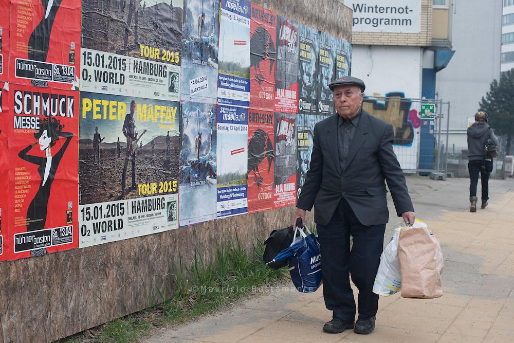 Ismail C. ist Rentner. 49 Jahre hat<br />er in Deutschland gearbeitet. Dann<br />ging etwas mit seiner Wohnung<br />schief. Jetzt hofft der 78-Jährige auf<br />ein Bett im NOTASYL Pik As.
