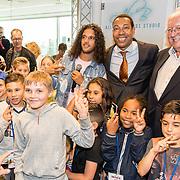 NLD/Almere/20170628 - Opening Ali B. muziek Kids Studio in Almere, Ali Bouali, burgervader Franc Weerwind en Wethouder Frits Huis met kinderen