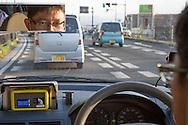 L&auml;raren Shuji Akagi, 47, med geigerm&auml;tare fr&aring;n Safecast p&aring; instrumentbr&auml;dan i sin bil. M&auml;taren visar 0.514 mikroSiverts i Fukushima City. Allm&auml;nheten b&ouml;r inte exponeras f&ouml;r mer &auml;n 0.23 mikroSieverts st&aring;lning i timmen, vilket motsvarar 1 milliSievert per &aring;r. <br /> &ldquo;Jag har satt p&aring; mina m&auml;tare permanent p&aring; bilen f&ouml;r att det &auml;r s&aring; l&auml;tt att gl&ouml;mma radioaktivitetsniv&aring;erna annars&rdquo;, s&auml;ger Akagi.