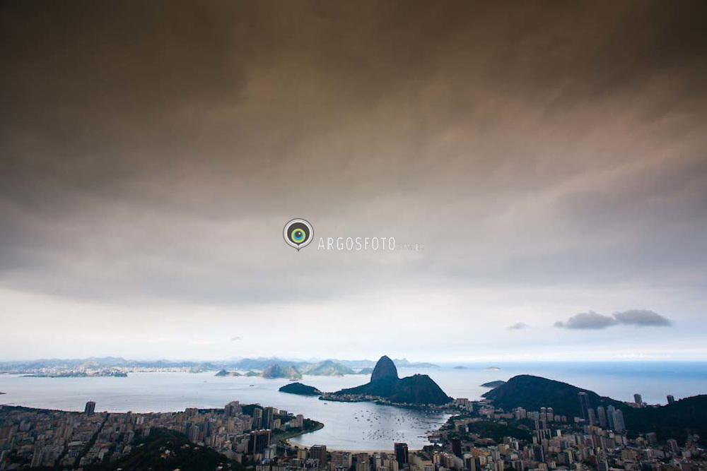 Vista aerea do Rio de Janeiro, com os bairros do Flamengo e Botafogo no primeiro plano, o Pao de Acurcar e a Urca em segundo e Niteroi ao fundo / Rio de Janeiro aerial view with the Sugar Loaf Mountain and Guanabara Bay
