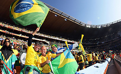 11.06.2010, Soccer City Stadium, Johannesburg, RSA, FIFA WM 2010, Eröffnungsfeier im Bild Fans feiern die erste WM auf Afrikanischen Boden, EXPA Pictures © 2010, PhotoCredit: EXPA/ IPS/ Mark Atkins / SPORTIDA PHOTO AGENCY