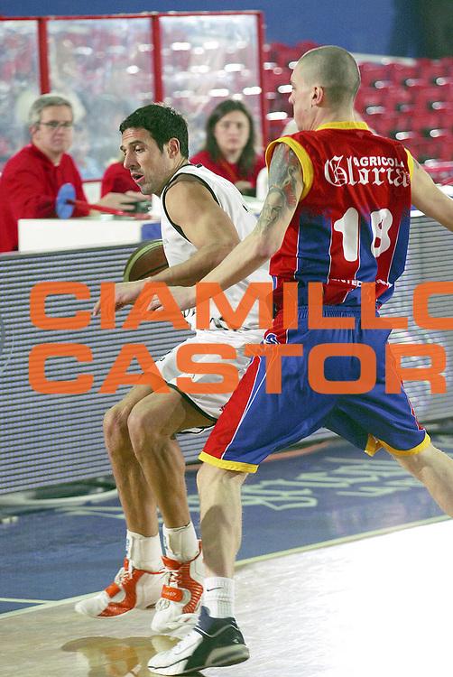 DESCRIZIONE : Montecatini Lega A2 2005-06 Agricola Gloria RB Montecatini Terme Coopsette Basket Rimini<br /> GIOCATORE : Scarone<br /> SQUADRA : Coopsette Basket Rimini<br /> EVENTO : Campionato Lega A2 2005-2006<br /> GARA : Agricola Gloria RB Montecatini Terme Coopsette Basket Rimini<br /> DATA : 12/02/2006<br /> CATEGORIA : Palleggio<br /> SPORT : Pallacanestro<br /> AUTORE : Agenzia Ciamillo-Castoria/Stefano D'Errico