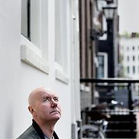 Nederland, Amsterdam , 30 augustus 2011..Irvine Welsh (Leith, Edinburgh, 27 september 1958) is een Schotse schrijver..Welsh is een zogeheten undergroundauteur die meteen dankzij zijn debuut Trainspotting ook buiten het undergroundmilieu tevoorschijn is gekomen. Deze roman werd een succes met een verfilming tot gevolg (door Danny Boyle)..Welsh treedt ook op als acteur in de films die naar zijn boeken zijn gemaakt...In Trainspotting speelt hij drugsdealer Mikey Forrester..oIn Acid House speelt hij Parkie..oIn Ecstasy speelt hij ook een kleine rol..Welsh was ook de regisseur van de videoclip van het nummer Atlantic van de Engelse band Keane..Irvine Welsh (born 27 September 1958 Leith, Edinburgh) is a contemporary Scottish novelist, best known for his novel Trainspotting. His work is characterised by raw Scottish dialect, and brutal depiction of the realities of Edinburgh life. He has also written plays, screenplays, and directed several short films. (source: wikipedia)