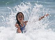 6月15日,在美国加利福尼亚州洛杉矶,一女孩在海滩戏水。当日, 加州迎来今年夏天第一个热浪,山区、沙漠、谷区和大城市,气温将飙升破90度至100度,而且将持续数天之久。热浪将使全州气温超过正常温度12至18度,因此气象专家呼吁加州民众留在室内,保持凉爽,避免热相关疾病上身。新华社发(赵汉荣摄)<br /> A girl plays the cold ocean water at a beach in Los Angeles, the United States Thursday June 15, 2017. Temperatures are expected to climb 12 to 18 degrees above normal this weekend through at least the middle of next week, according to the National Weather Service.  Forecasters warned area residents to protect themselves and those close to them from the conditions by dressing light, drinking plenty of water, restricting the time spent in the sun. (Xinhua/Zhao Hanrong)(Photo by Ringo Chiu)<br /> <br /> Usage Notes: This content is intended for editorial use only. For other uses, additional clearances may be required.