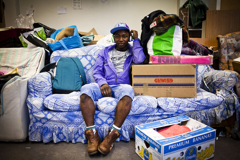 Ritratto di migrante su divano. Piano terra ex palazzine olimpiche.