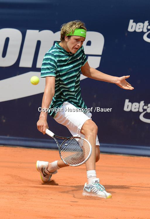 bet-at-home Open 2014, ATP World Tour 500, Rothenbaum Stadion,Hamburg,Alexander Zverev (GER),Aktion,Einzelbild,<br /> Ganzkoerper,Hochformat,
