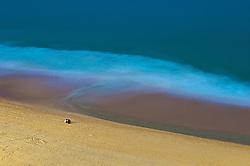 Vista aérea da praia de Ipanema, no Rio de janeiro, onde dois amigos conversam sentados na areia no final de de tarde. FOTO: Jefferson Bernardes/Preview.com