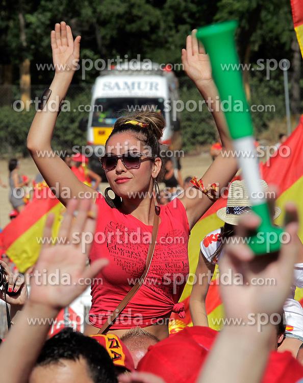 12.07.2010, Madrid, Spanien, ESP, FIFA WM 2010, Empfang des Weltmeisters in Madrid, im Bild Spanische Fans feierten den ersten WM Titel und ihre Mannschaft, ein hübsche Spanierin, EXPA Pictures © 2010, PhotoCredit: EXPA/ Alterphotos/ Acero / SPORTIDA PHOTO AGENCY