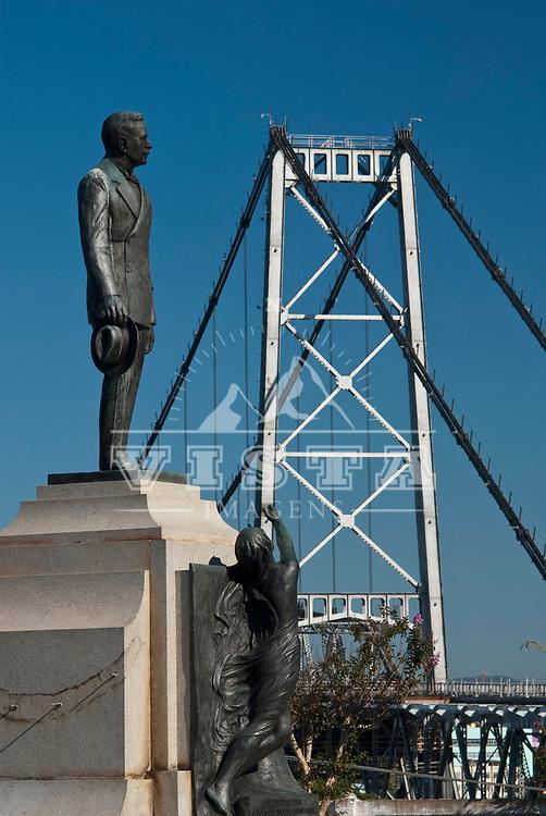 Estatua do ex-governador Hercilio Luz  em primeiro plano, e ao fundo Ponte Hercilio Luz, Florianopolis, Santa Catarina, Brasil. Foto de Ze Paiva, Vista Imagens