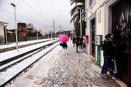 Roma 17 Dicembre 2010.Nevicata nella cittadina di Albano Laziale alle portedi  Roma.In attesa del treno alla stazione di Albano Laziale