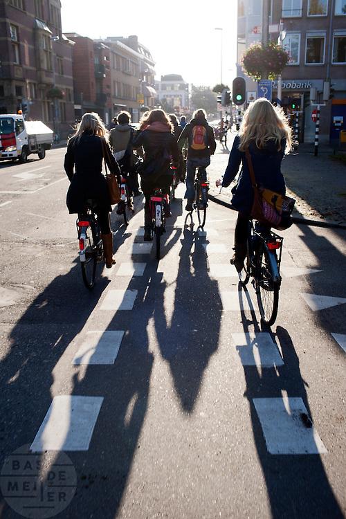 Fietsers in de herfstzon.<br /> <br /> Cyclists near the Maliesingel in Utrecht.