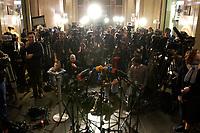 14 DEC 2003, BERLIN/GERMANY:<br /> Wartende Journalisten mit Kameras und Mikrofonen waehrend der Sitzung des Vermittlungsausschusses, Bundesrat<br /> IMAGE: 20031214-01-090<br /> KEYWORDS: Übersicht, Uebersicht, Journalist, Camera, Microphone
