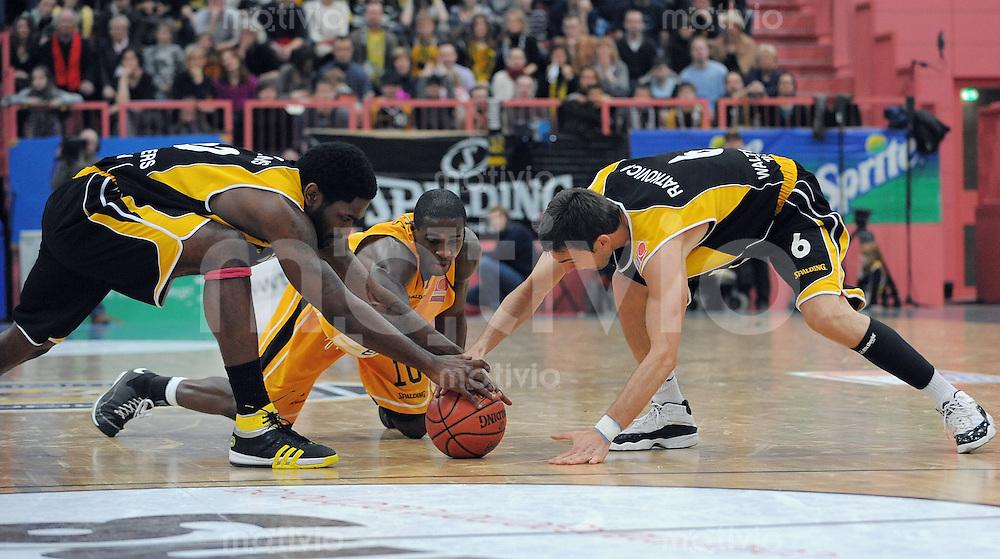 Basketball  1. Bundesliga  2008/2009  11.01.2008 Walter Tigers Tuebingen  - ENBW Ludwigsburg   Kenneth Wiliams (li, WT)  gegen Domonic Jones (Mitte, ENBW L) und Branislav Ratkovica (li, WT)