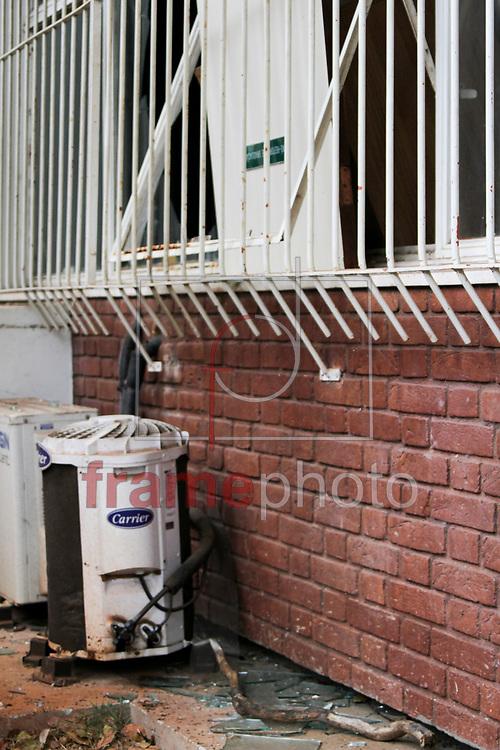 Campinas, SP -Invasão da Reitoria da Unicamp - Estilhaços das janelas quebradas - 04/10/2013 - Luciano Claudino/Frame