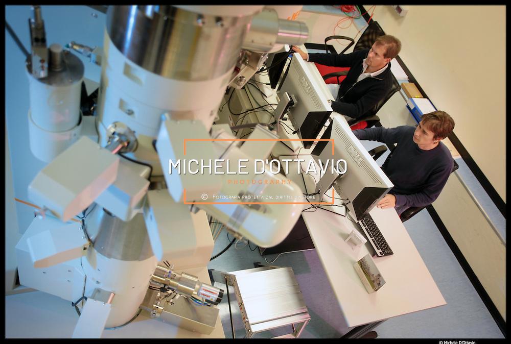 Istituto Italiano di Tecnologia di Genova,.. nella foto: Laboratorio di Microscopia Elettronica..Attraverso l'uso di microscopi elettronici è possibile analizzare ..i materiali a livello nanoscopico...In questo modo è possibile visualizzare oggetti di dimensioni pari a miliardesimi di metro, in pratica è possibile vedere gli atomi.