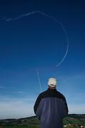 Loisirs: concours international d'avion de modèle reduits, Cuquerens, Bulle, 2009. Pilot steuert Modellflugzeug im blauen Himmel. © Romano P. Riedo