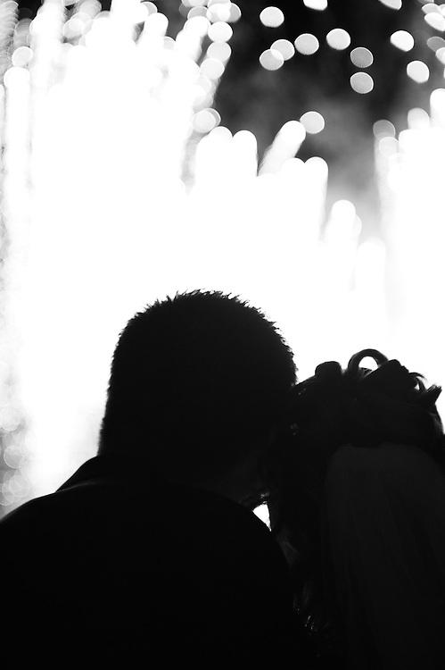 Das Brautpaar geniest gemeinsam das Feuerwerk