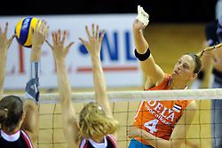 29-10-2011 VOLLEYBAL: NEDERLAND - BELGIE: ALMERE<br /> De eerste oefenwedstrijd als voorbereiding op het pre OKT wordt met 3-0 gewonnen van Belgie / Chaine Staelens<br /> ©2011-WWW.FOTOHOOGENDOORN.NL