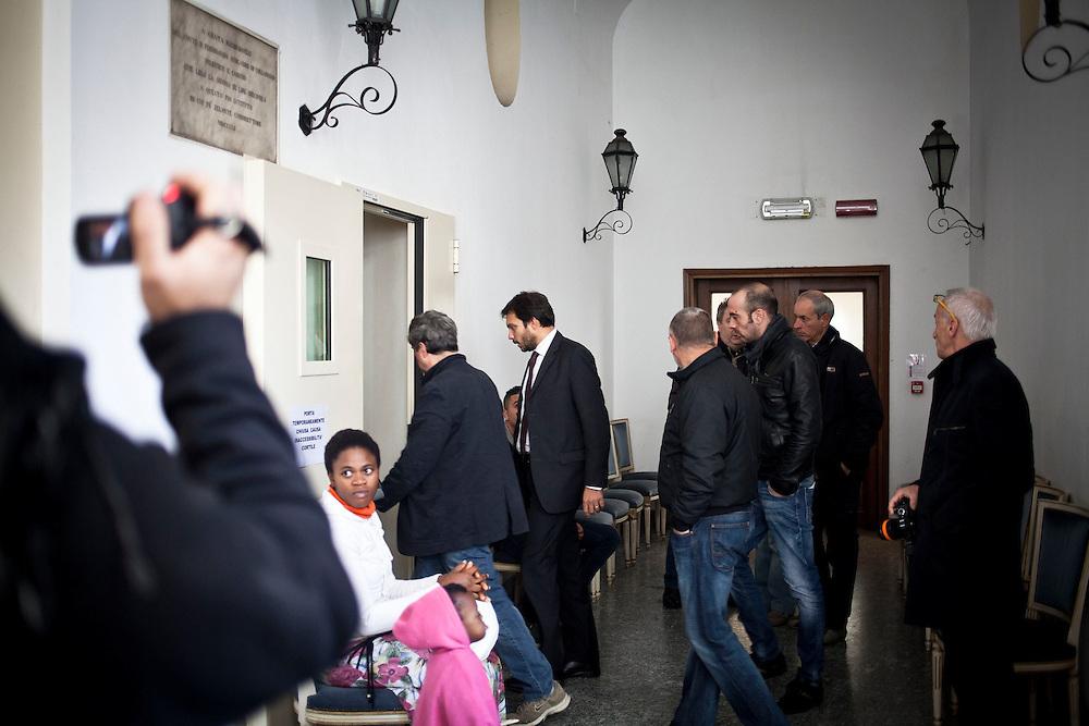 Nell'immagine l'assessore Stefano Gallo, Servizi Civici, mentre si allontana dal tavolo con i rappresentanti dei migranti. I migranti delle palazzine olimpiche dell'ex-moi, occupano -simbolicamente- per la terza volta l'anagrafe centrale di Torino, per rivendicare la necessità della residenza e per poter quindi accedere ai servizi di base.