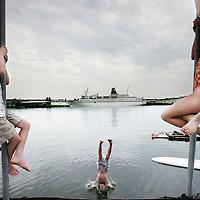 Nederland,Amsterdam , 9 juli 2009..Alternative swimming places in Amsterdam. Houtmankade..Alternatieve zwemplekken in en rond Amsterdam..Houtmankade...Foto:Jean-Pierre Jans