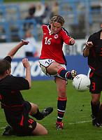 Linda Ørmen, Norge, scorer 6-0 når hun kliner ballen i krysset. Norge - Belgia 6-0. EM-kvalifisering, kvinner. Kristiansand stadion, 11. mai 2003. (Foto: Peter Tubaas/Digitalsport)