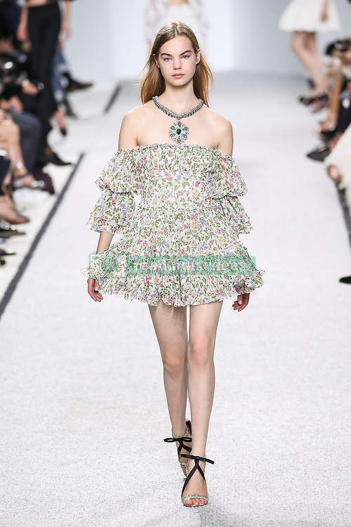 October 3, 2016 - Paris, FRANCE - Giambattista Valli. MODEL ON CATWALK, WOMAN WOMEN, PARIS FASHION WEEK 2017 READY TO WEAR FOR SPRING SUMMER, DEFILE, FASHION SHOW RUNWAY COLLECTION, PRET A PORTER, MODELWEAR, MODESCHAU LAUFSTEG FRUEHJAHR SOMMER .PARSS17. (Credit Image: © PPS via ZUMA Wire)