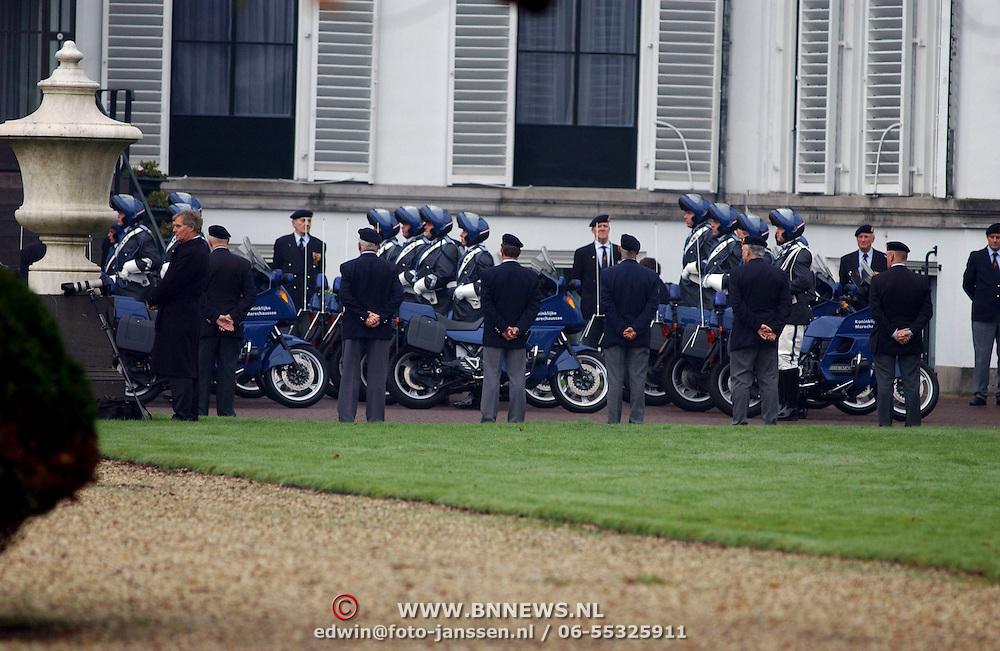 Overbrengen lichaam van overleden prins Bernhard van paleis Soestdijk, motorrijders Koninklijke Maresschause