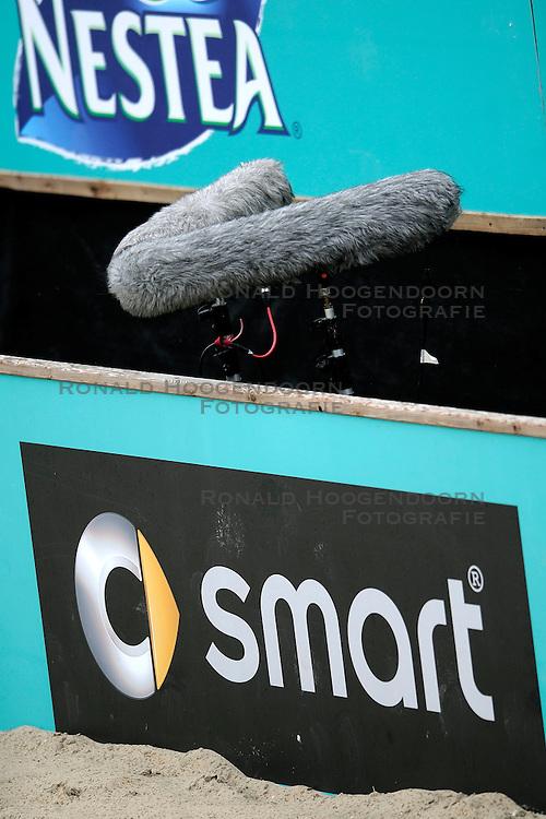 31-05-2008 VOLLEYBAL: DUTCH MASTERS BEACHVOLLEYBALL: SCHEVENINGEN<br /> Microfoon Media Pers geluid item communicatie<br /> &copy;2008-WWW.FOTOHOOGENDOORN.NL