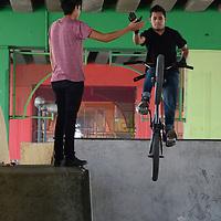 Toluca, México.- Un grupo de jóvenes practican el deporte extremo BMX, (Sigla de Bike Moto Cross) ésto en las rampas ubicadas bajo el puente en avenida Tollocan casi esquina con el Panteon General. Agencia MVT / Arturo Hernández.