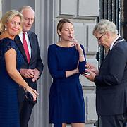 NLD/Amsterdam/20150926 - Afsluiting viering 200 jaar Koninkrijk der Nederlanden, Johan Remkes en partner rokend samen met Eberhard van der Laan en partner Femke Graas rokend