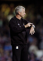 Photo: Olly Greenwood.<br />West Ham United v Blackburn Rovers. The Barclays Premiership. 29/10/2006. West Ham manager Alan Pardew tells the referee to check his watch