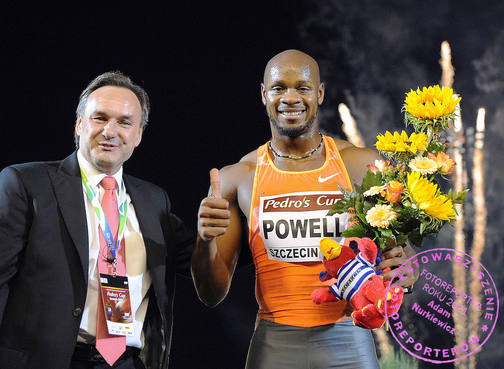 (L) JACEK KAZIMIERSKI (PRESIDENT OF STRAUSS CAFE) AND (R) ASAFA POWELL (JAMAICA) AFTER 100 METERS HEAT GREET AUDIENCE DURING PEDRO'S CUP ATHLETICS MEETING IN SZCZECIN...SZCZECIN , POLAND , SEPTEMBER 15, 2009..( PHOTO BY ADAM NURKIEWICZ / MEDIASPORT )..PICTURE ALSO AVAIBLE IN RAW OR TIFF FORMAT ON SPECIAL REQUEST.