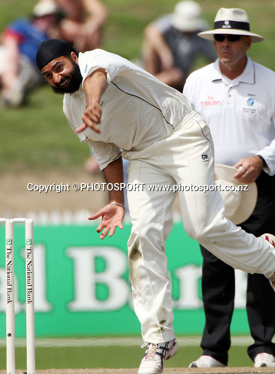 Monty Panesar bowls during the National Bank Test Match Series, New Zealand v England, 2nd day of 1st Test at Seddon Park, Hamilton, New Zealand. Thursday 6 March 2008. Photo: Stephen Barker/PHOTOSPORT