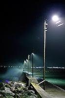B&oslash;lger sl&aring;r innover en molo ved Alnes i Giske kommune under uv&aelig;ret fredag kveld.<br /> Foto: Svein Ove Ekornesv&aring;g