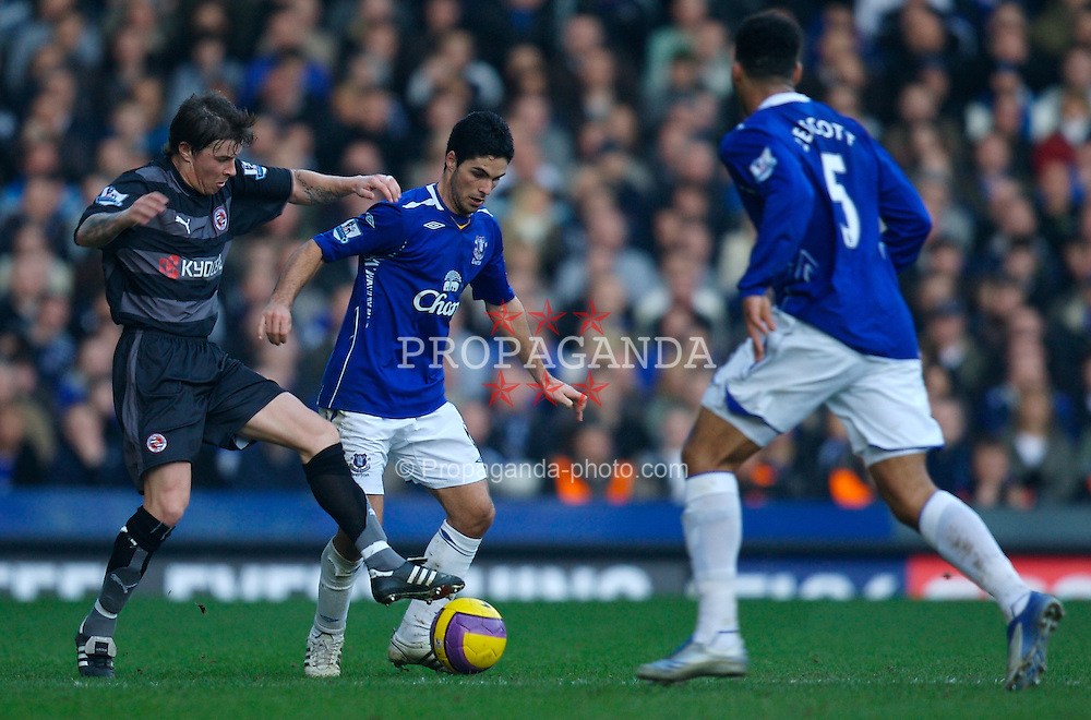 LIVERPOOL, ENGLAND - Saturday, February 9, 2008: Everton's Mikel Arteta and Reading's John Oster during the Premiership match at Goodison Park. (Photo by David Rawcliffe/Propaganda)