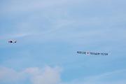 Boven Lelystad vliegt een vliegtuigje met het huwelijksaanzoek 'Moessie Trouwen? Peter'<br /> <br /> A plane flies above Lelystad with the marriage proposal 'Moessie Marry me? Peter'